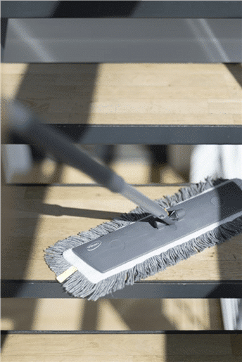 Čišćenje stepenica s mopovima